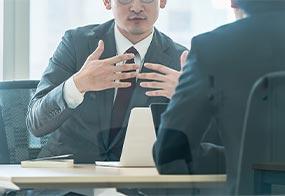 Dwaj mężczyźni podczas rozmowy w biurze