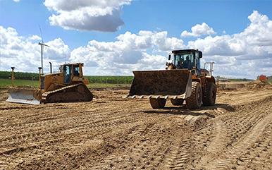 Maszyny budowlane dokonują rekultywacji terenów zdegradowanych.
