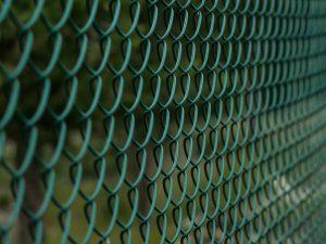 ogrodzenie działki - plot z siatki ogrodzeniowej