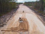 Maszyny budowlane wykonujące prace ziemne podczas budowy drogi